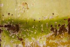 Vit gul grön brun gammal sjaskig vägg med skrapor och skada Textur för grov yttersida arkivfoton