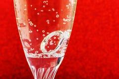 Vit guld- diamantbröllopcirkel med platina i ett champagneexponeringsglas Bröllop erbjudande som en gåva för valentindag arkivfoto