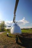 Vit gyroplane som parkeras på det privata flygfältet Arkivbilder