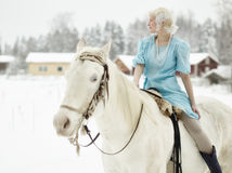Vit häst och kvinna arkivbilder