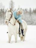 Vit häst och kvinna royaltyfri foto