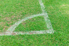 Vit hörnlinje på fotbollfält royaltyfri foto