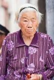 Vit haired gammal kvinna i Pekingcentret, Kina Arkivbilder
