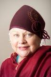 Vit-haired kvinna i rödbrun hatt och sjal Royaltyfria Foton