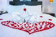 Vit handduk i elefantform på vit säng Royaltyfria Bilder