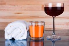 Vit handduk, orange stearinljus och ett exponeringsglas av vin Royaltyfri Bild