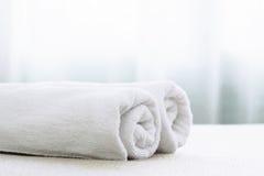 Vit handduk på säng Royaltyfri Foto