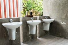 Handfat Toalett : Handfat i offentlig toalett arkivfoton bild