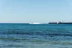 Vit hastighetsyacht för Coastguard i öppet vatten royaltyfri foto