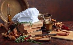 Vit hatt för kock` s och gamla kokböcker royaltyfria foton