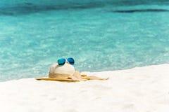 Vit hatt med solglasögon Royaltyfri Foto