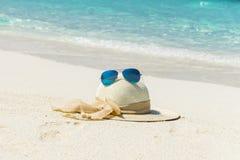 Vit hatt med solglasögon Arkivbild