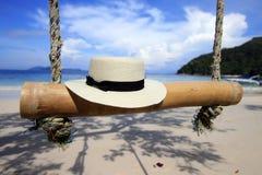 Vit hatt på stranden Arkivbild