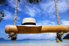 Vit hatt på stranden under bluesky Royaltyfri Bild