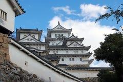 Vit Himeji slott och väggen på bakgrund för blå himmel Himeji slott också som är bekant som den vita hägerslotten royaltyfria foton