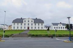 Vit historisk byggnad i mitten av reykjavik royaltyfria bilder