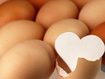 Vit hjärta kommer från ett brutet ägg Arkivbilder