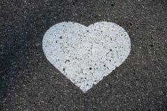 Vit hjärta på asfalt Fotografering för Bildbyråer