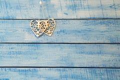 Vit hjärta på blå bakgrund Arkivbild