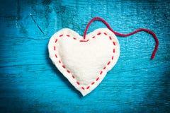 Vit hjärta på de blåa brädena Arkivbild