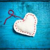 Vit hjärta på de blåa brädena Royaltyfria Bilder