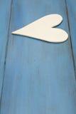 Vit hjärta på en blå bakgrund, trä målade grekblått arkivbilder