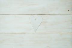 Vit hjärta på en vit bakgrund, trä målade grekblått royaltyfria foton