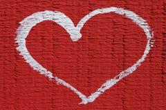 Vit hjärta på röd bakgrund, härlig abstrakt bakgrundsförälskelse Royaltyfria Bilder