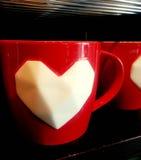 Vit hjärta - röd kopp: Färg av valentin Arkivfoton