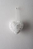 Vit hjärta som göras av tråden Arkivbilder