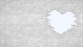 Vit hjärtaform för tappning på stil och copyspace för tegelstenvägg Bruk för förälskelse och Arkivbilder