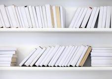 Vit hylla med böcker Fotografering för Bildbyråer