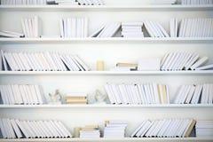 Vit hylla med böcker Arkivbild