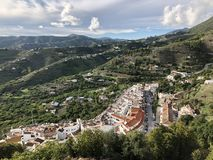 Vit by i spanska Andalusia kullar arkivfoto