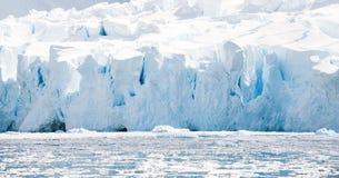 Vit icy strand i Antarktis Arkivbilder