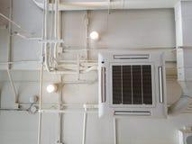 Vit industriell luftkonditioneringsapparat som kyler röret med rörmokeri på taket Kanal för luft för tak för ventilationssystem arkivfoto