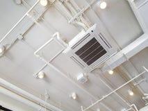Vit industriell luftkonditioneringsapparat som kyler röret med rörmokeri på taket Kanal för luft för tak för ventilationssystem royaltyfria bilder
