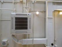 Vit industriell luftkonditioneringsapparat som kyler röret med rörmokeri på taket Kanal för luft för tak för ventilationssystem royaltyfri bild