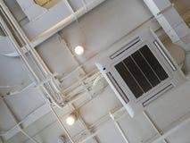 Vit industriell luftkonditioneringsapparat som kyler röret med rörmokeri på taket Kanal för luft för tak för ventilationssystem fotografering för bildbyråer