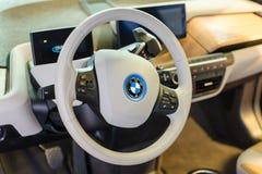 Vit inre av denvänskapsmatch heltid elbilen BMW i3 Arkivbilder