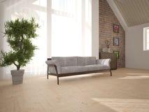 Vit inredesign av vardagsrum med den klassiska soffan Arkivfoton