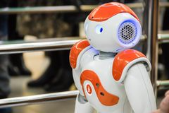 Vit intelligent robot i utställning Arkivfoto