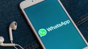 Vit iPhone med logo av socialt massmedia WhatsApp p? sk?rmen arkivfilmer