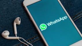 Vit iPhone med logo av socialt massmedia WhatsApp p? sk?rmen stock video