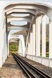 Vit järnvägsbro i lumphun Thailand Royaltyfri Foto