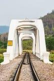 Vit järnvägsbro i lumphun Thailand Arkivbilder