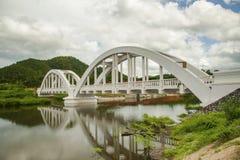 Vit järnvägsbro som konstrueras på molniga dagar på Lamphun, Thailand Arkivbilder