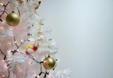 Vit jul och bollar, pompoms på granfilialer med kopieringsutrymme arkivbilder