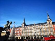 Vit julgran i Plazaborgmästaren, huvudsaklig fyrkant, Madrid, Spanien royaltyfri foto