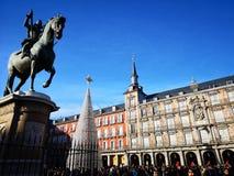 Vit julgran i Plazaborgmästaren, huvudsaklig fyrkant, Madrid, Spanien royaltyfria foton